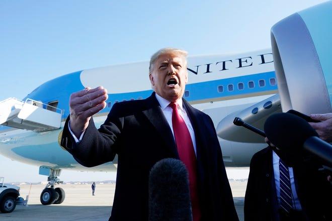 Presiden Donald Trump berbicara kepada media sebelum menaiki Air Force One, di Pangkalan Angkatan Udara Andrews, Md. Presiden sedang melakukan perjalanan ke Texas.