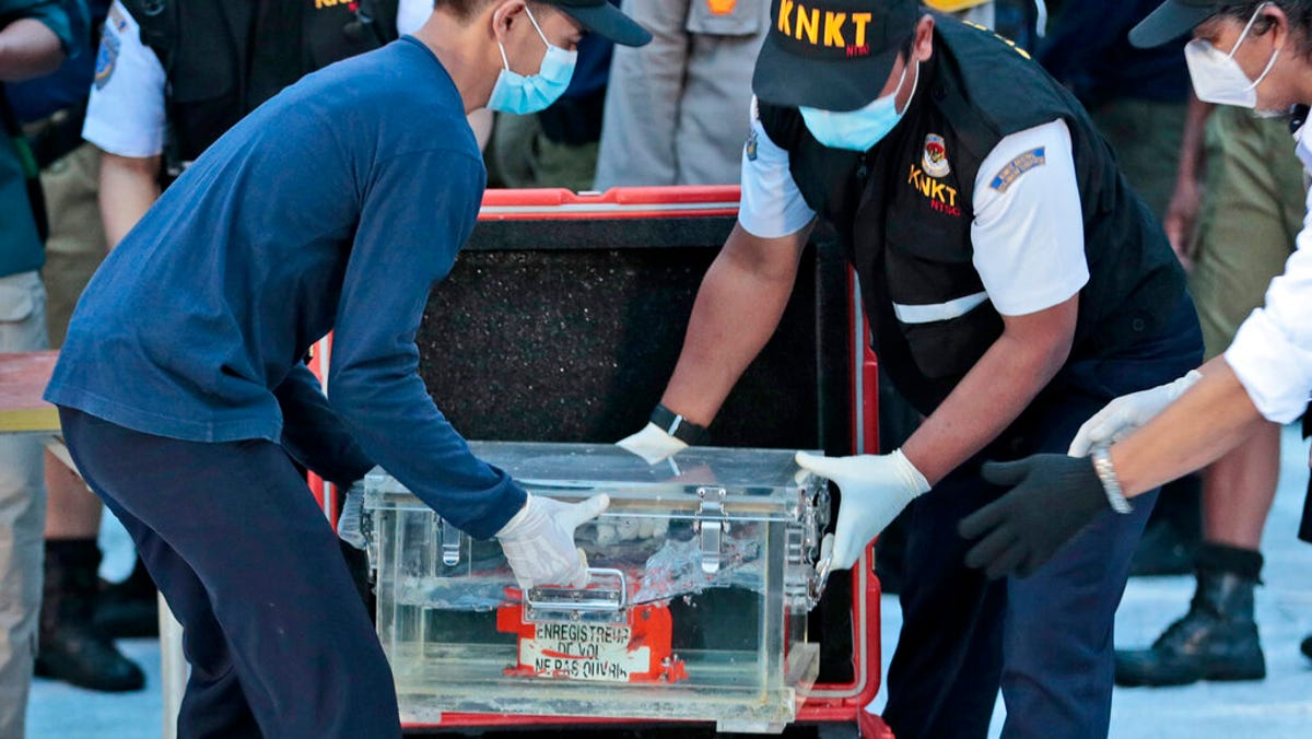 Divers recover crashed Indonesian plane's data recorder 1