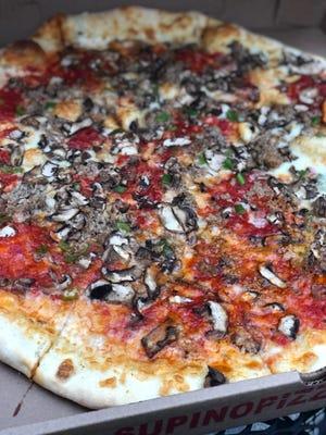Pizza besar dari Supino Pizzeria di Pasar Timur.