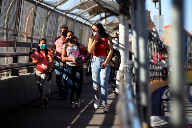 Vista general del ingreso de connacionales y estadounidenses que residen en México, por la garita de El Paso (México).