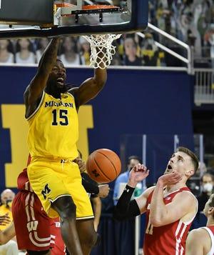 Guard Michigan Chaundee Brown (15) melakukan lemparan dunk yang menutup laju babak kedua 22-0 dalam kemenangan Selasa atas Wisconsin.