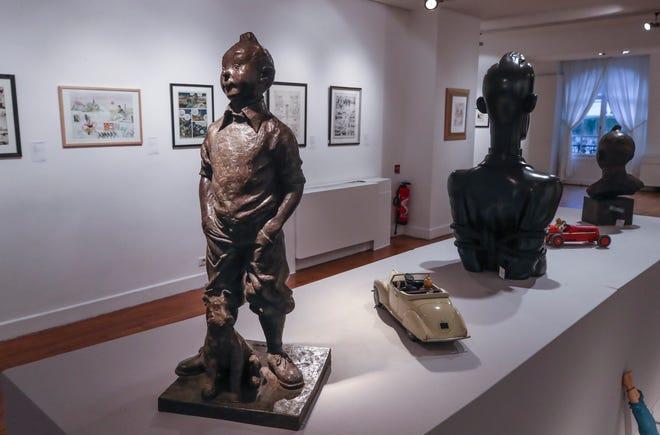 Patung perunggu tahun 1975 dari karakter komik Tintin dan anjingnya bersalju oleh pematung Belgia, Nathanael Neujean. Karya seni dengan perkiraan nilai 55.000 hingga 65.000 euro (US $ 6.6900 hingga 79.000), akan dijual Kamis.