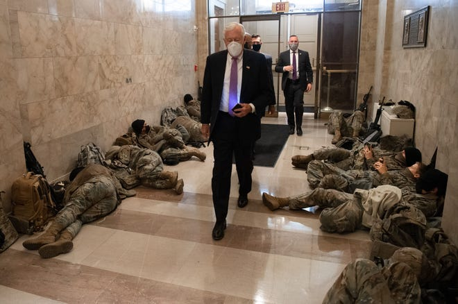 TOPSHOT - Pemimpin Mayoritas DPR Steny Hoyer, Demokrat dari Maryland, berjalan melewati anggota Garda Nasional ketika ia tiba di Capitol AS di Washington, DC, 13 Januari 2021, menjelang pemungutan suara DPR yang diharapkan untuk memakzulkan Presiden AS Donald Trump.