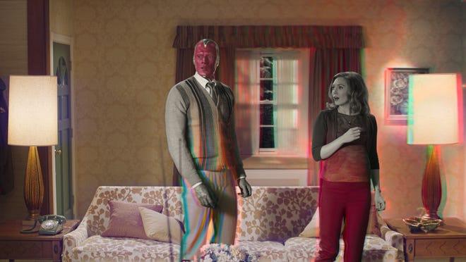 """Vision (Paul Bettany) et Wanda Maximoff (Elizabeth Olsen) remarquent des choses étranges qui se passent autour d'eux dans """"WandaVision."""""""
