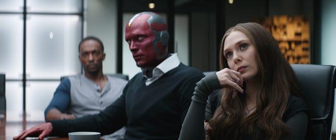 """Vision (Paul Bettany, au centre) et Wanda Maximoff (Elizabeth Olsen) ont accroché avec des Avengers comme Sam Wilson (Anthony Mackie) dans """"Captain America: guerre civile."""""""