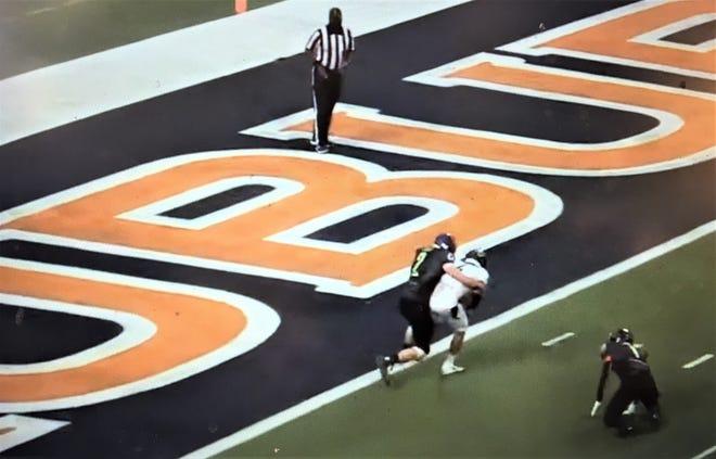 Brandon McClendon catches a touchdown pass Jan. 6, 2021.