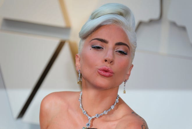 La cantante y actriz Lady Gaga posa a su llegada a la alfombra roja de los Premios Óscar en Hollywood, California.