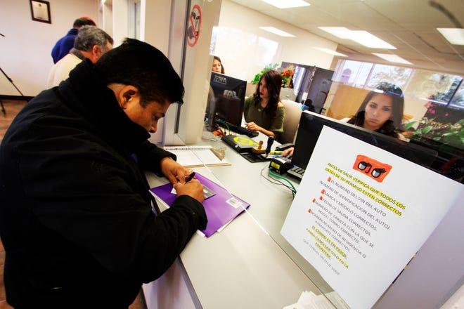 Un ciudadano mexicano rellena unos documentos en la sede del consulado general de México en Houston, Texas.