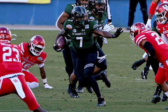 Hawaii running back Calvin Turner (7) of Savannah looks for running room through the Houston defense during the second quarter of the New Mexico Bowl  game in Frisco, Texas, on Dec. 24, 2020. Turner scored two touchdowns as Hawaii won 28-14.