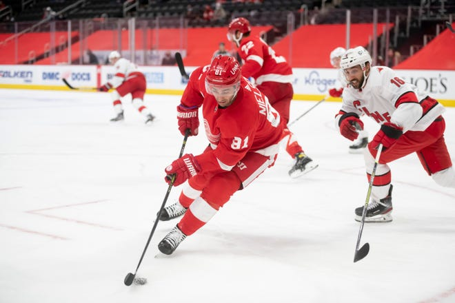 Center Detroit Frans Nielsen menjauhkan puck dari center Carolina Vincent Trocheck di babak kedua selama pertandingan antara Detroit Red Wings dan Carolina Hurricanes, di Little Caesars Arena, Detroit, 14 Januari 2021.