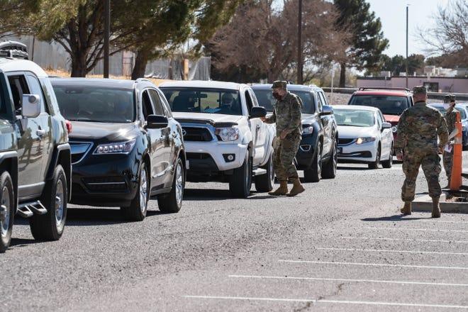 Las personas que califican para recibir las vacunas COVID hacen fila en sus autos en el campus de la NMSU en Las Cruces el viernes 15 de enero de 2021.