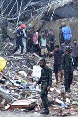 Equipes de resgate levaram os residentes à segurança em Mamuju em 15 de janeiro de 2021, depois que um terremoto de magnitude 6,2 atingiu a ilha indonésia de Sulawesi.