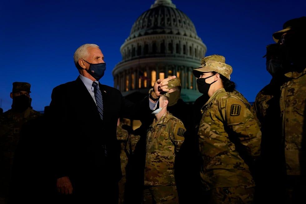 Le vice-président Mike Pence s'adresse aux troupes de la Garde nationale devant le Capitole américain, le jeudi 14 janvier 2021, à Washington.