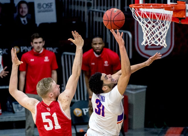 Evansville's Iyen Enaruna (31) gets past Bradley's Rienk Mast for a shot in the first half Sunday, Jan. 17, 2021 at Carver Arena in Peoria.