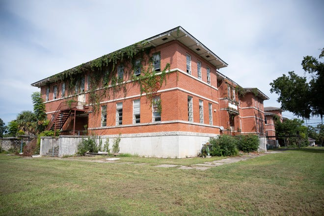 Lee School in Leesburg is once again on the market. [Cindy Peterson/Correspondent]