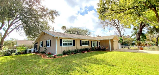 This beautiful Ormond Beach home, located on a corner lot in a quiet neighborhood, is close to Central Park, shopping and dining.