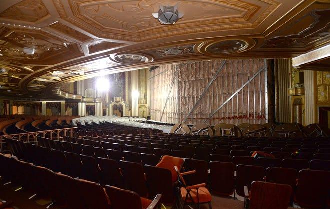 L'intérieur du Warner Theater pendant la rénovation.  Le théâtre subit actuellement des rénovations de près de 27 millions de dollars qui ajouteront de nouveaux équipements, un système de son amélioré, de nouveaux quais de chargement, des équipements de production supplémentaires et une coque orchestrale personnalisée.