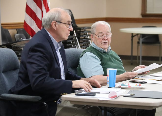 Pontiac Mayor Bill Alvey, right, speaks with City Administrator Bob Karls during Tuesday's city council meeting.