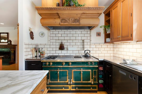 La cuisine, qui présente la chaîne Le Cornue, est de la maison au 264 Barton Shore Dr.  À Ann Arbor.  Cette maison unique et innovante regorge de chefs-d'œuvre architecturaux et de nouvelles œuvres d'artisans.