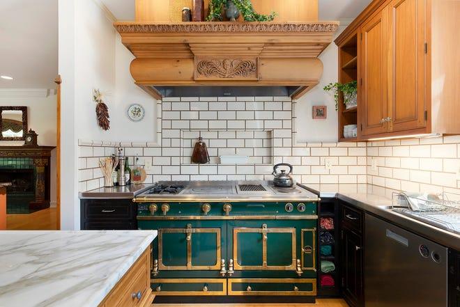 La cuisine, qui comprend une gamme Le Cornue, de la maison du 264 Barton Shore Dr. à Ann Arbor.  Cette maison unique et créative regorge d'antiquités architecturales et de nouvelles œuvres d'artisans.