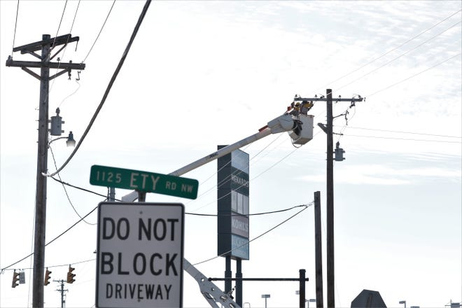 Linemen work to install power lines along Ety Road in Lancaster on Thursday, Jan. 21, ahead of a new project to expand the road between Memorial Drive and North Columbus Street.