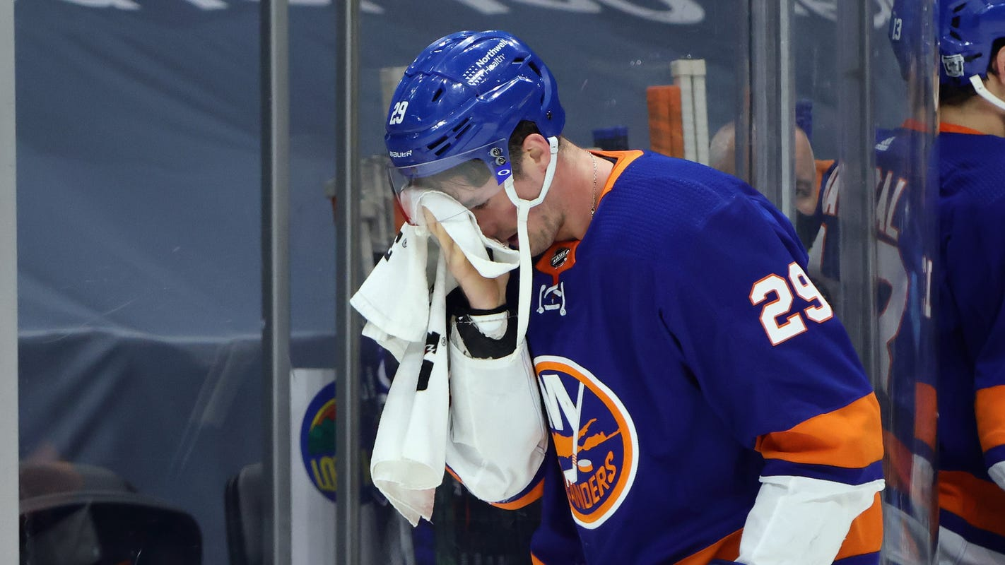New York Islanders' Brock Nelson leaves with facial cut, returns to score against New Jersey Devils