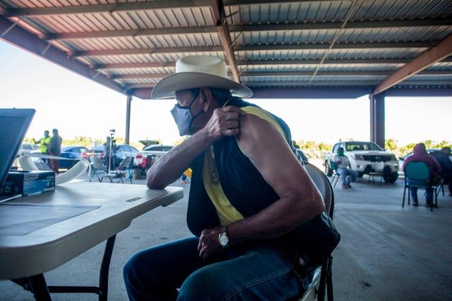 Eleazar Perez Gastelum se alista para recibir la vacuna COVID-19.