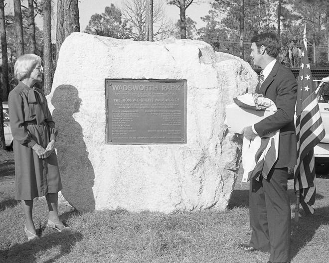 Frances Wadsworth, widow of Billy Wadsworth, and Circuit Judge Kim Hammond unveil the Wadsworth Park plaque in December 1980.