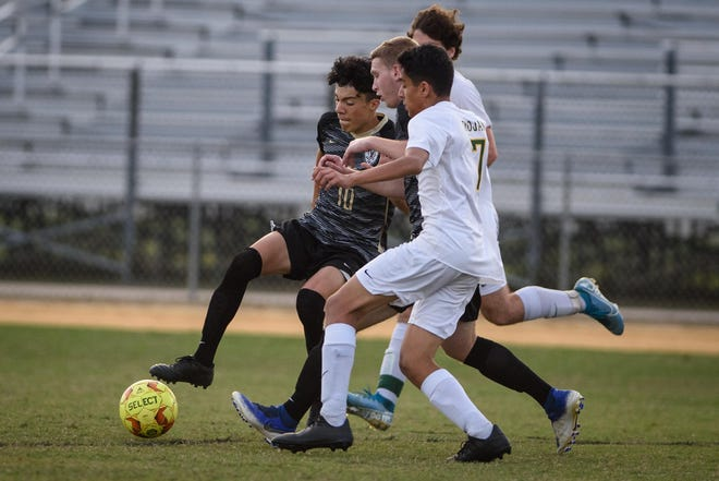 """Despite the chaos of the offseason and the challenges presented by COVID-19, Gray's Creek senior Eric Chavez (10) said the Bears """"seem pretty motivated"""" as the season gets underway."""