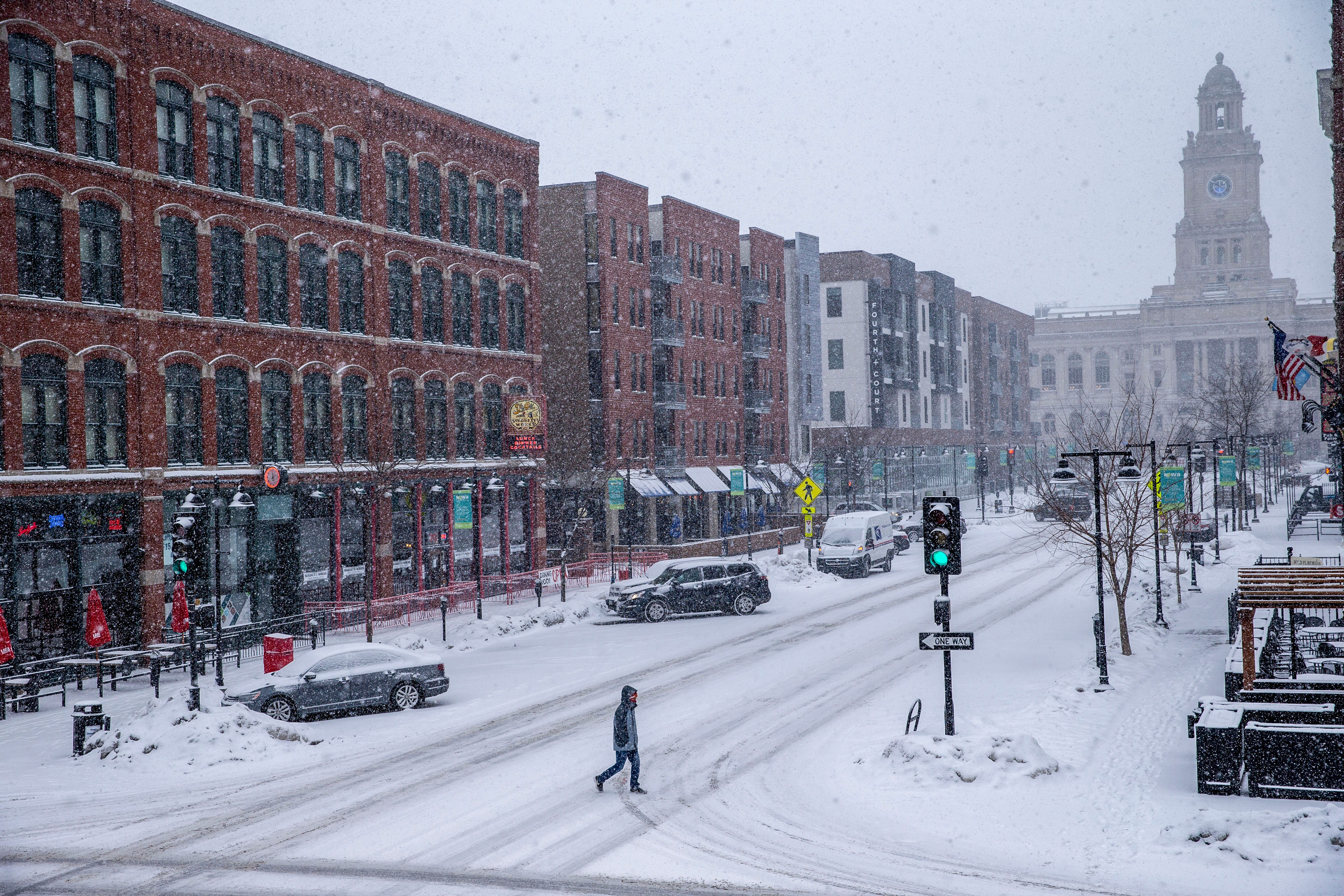 Timelapse: Watch nearly a foot of snow fall in downtown Des Moines