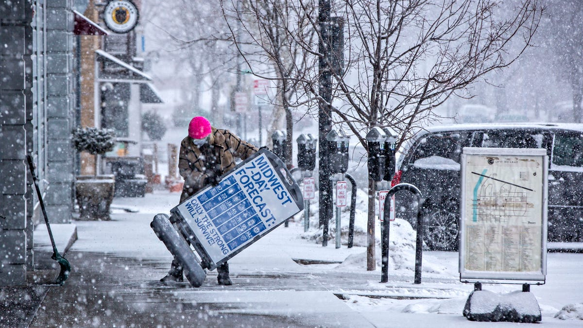 Messy roads, canceled schools with Des Moines expecting at least 12 inches of snow