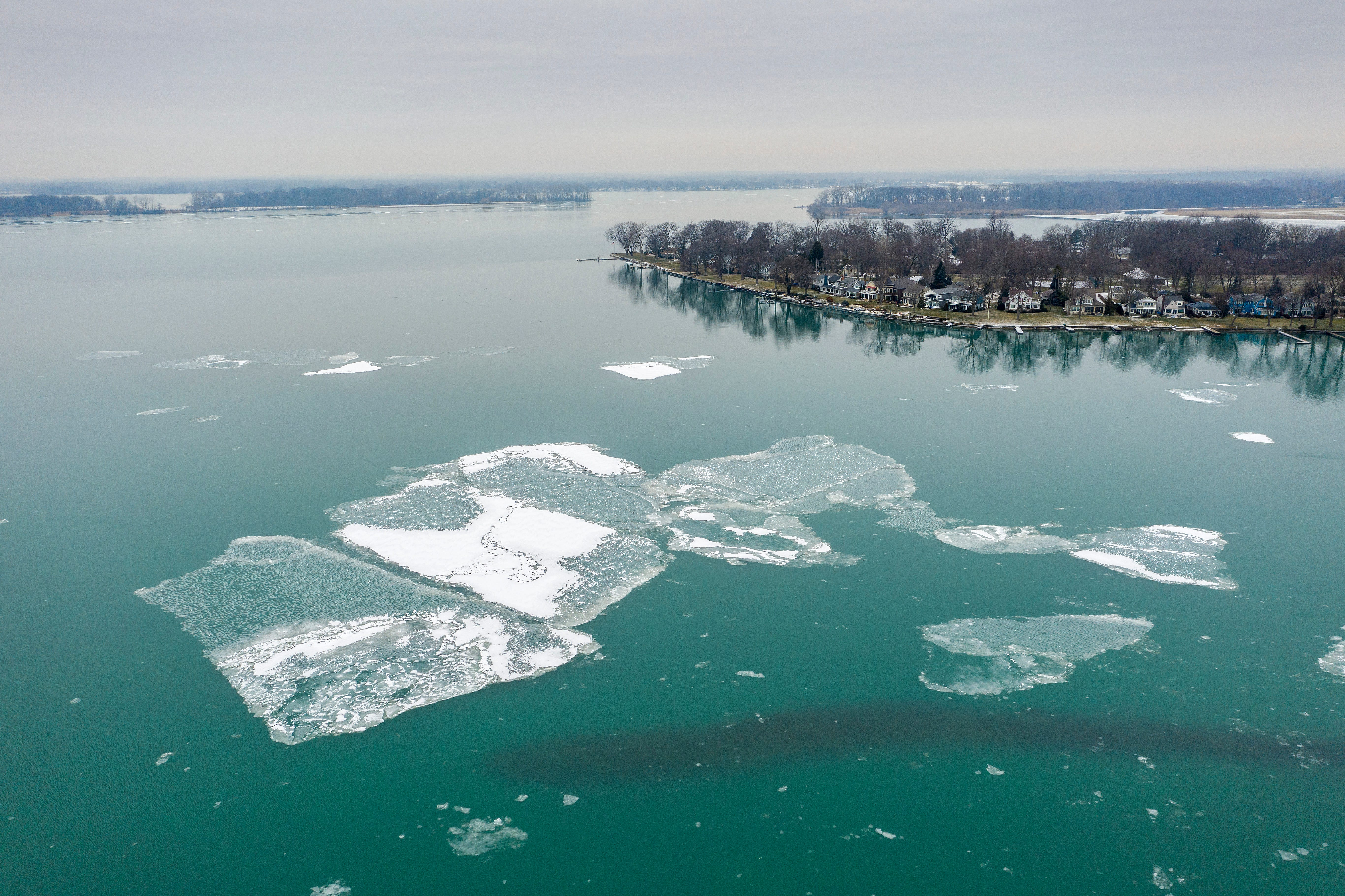 10 rescued after being stranded on ice floes in Lake Erie 2
