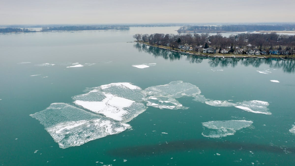 10 rescued after being stranded on ice floes in Lake Erie 3