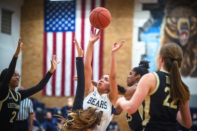 William Chrisman's Jolee Spinks, center, puts up a shot in the middle of Lee's Summit traffic in the Bears' 50-28 win Monday.