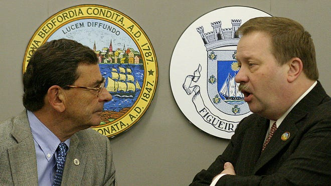 Frederick Kalisz, à dir., na altura autarca de New Bedford, conversando, em 2004, com o seu homólogo da cidade portuguesa Figueira da Foz, António Duarte Silva.