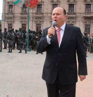 César Duarte durante su despedida con las fuerzas de seguridad del estado de Chihuahua.