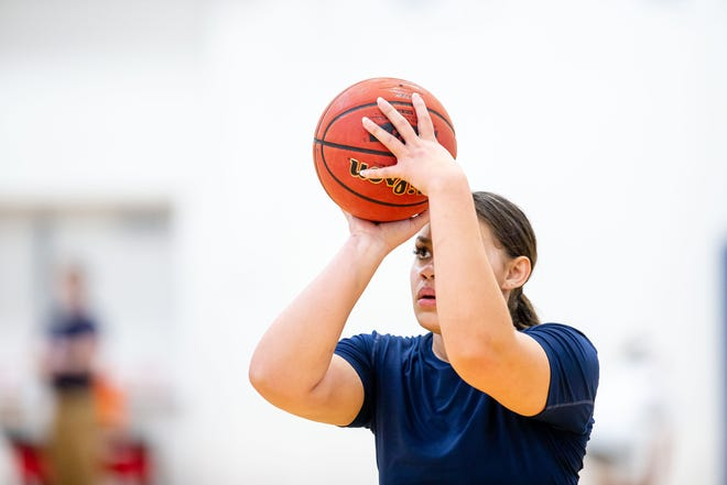 University of Illinois Springfield junior Olivia Travis lines up a shot during practice at the Recreation & Athletic Center in Springfield, Ill., Wednesday, January 27, 2021. [Justin L. Fowler/The State Journal-Register]