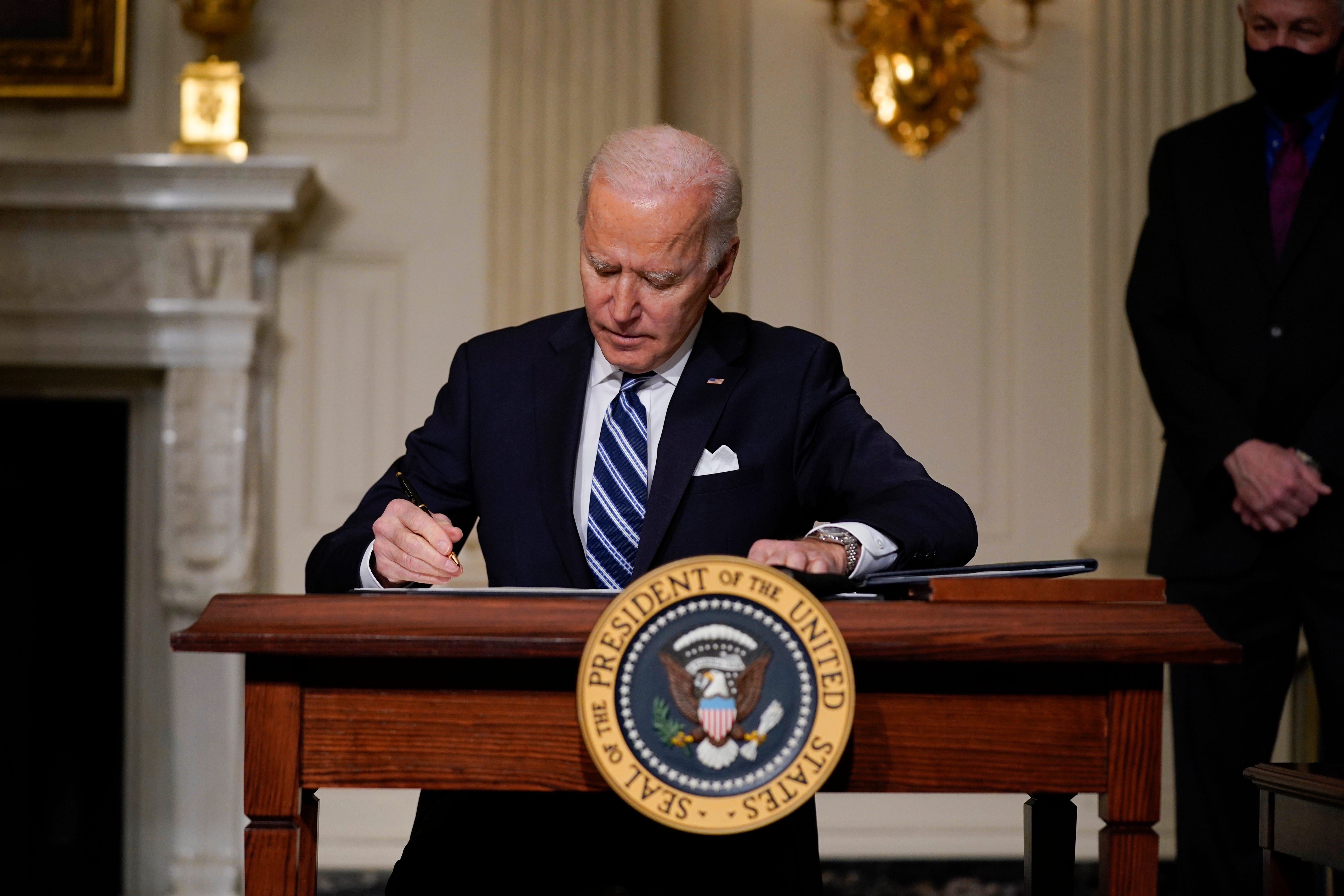 Automakers react to President Biden intervention on chip shortage