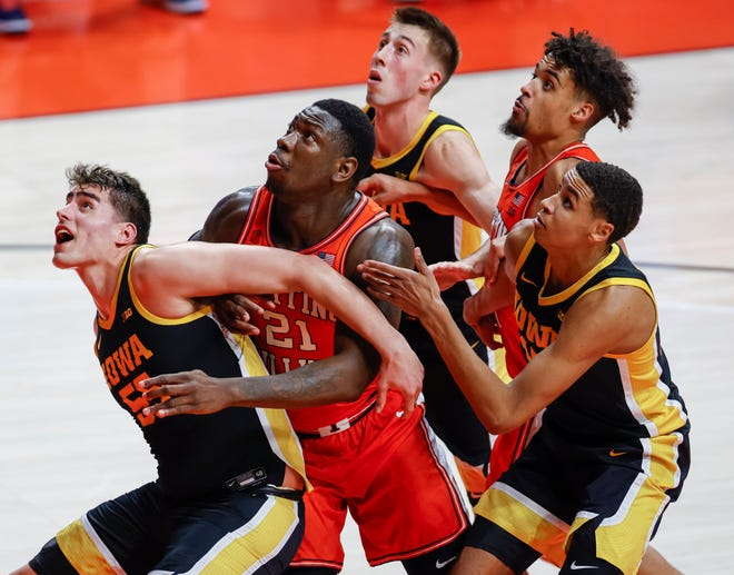 Iowa's Luka Garza blocks out against Illinois' Kofi Cockburn during the second half at State Farm Center on January 29, 2021 in Champaign. [Michael Hickey/Getty Images]