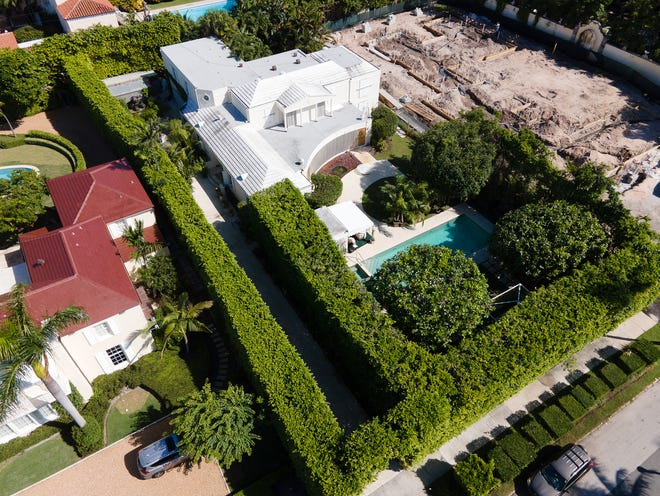 The longtime home of Jane Holzer, which was built in the 1950s by her late parents, has changed hands for a recorded $7.55 million at 147 Dunbar Road on the North End of Palm Beach.