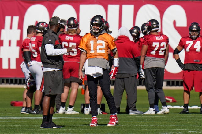 Buccaneers offensive coordinator Byron Leftwich, front left, chats with quarterback Tom Brady.