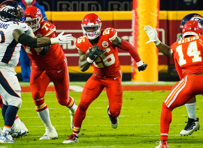 Kansas City Chiefs running back Le'Veon Bell runs against the Denver Broncos. [JAY BIGGERSTAFF/USA TODAY Sports]