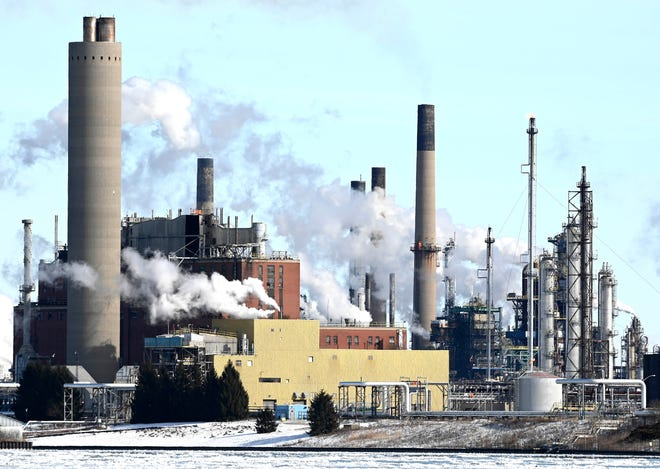 Sebuah fasilitas di dekat Suncor Energy Products di Sarnia, Ontario, Kanada, diambil dari Port Huron di seberang Sungai St. Clair, Sabtu, 30 Januari 2021.