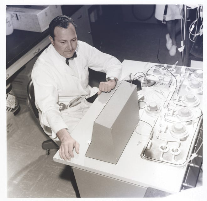 Emil J Freireich MD, designs continuous-flow blood separators to divide donor blood into cellular components to obtain white blood cells or platelets; the technique will later be adapted for both immunotherapy and bone marrow transplantation. 1958