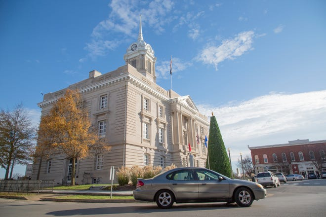 A vehicle circles the Maury County Courthouse in downtown Columbia on Wednesday, Nov. 28, 2018.