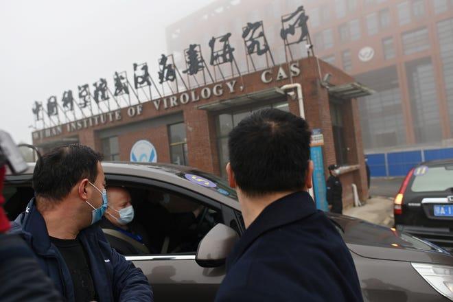 调查 Kovit-19 冠状病毒起源的世界卫生组织 (WHO) 团队成员于 2021 年 2 月 3 日乘车抵达中国湖北省中部武汉市的武汉病毒研究所。