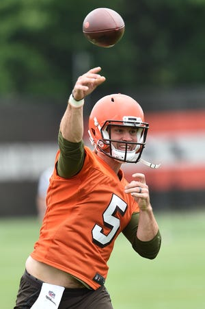 Cleveland Browns quarterback Drew Stanton throws during minicamp at the Cleveland Browns training facility June 4, 2019 in Berea, Ohio.