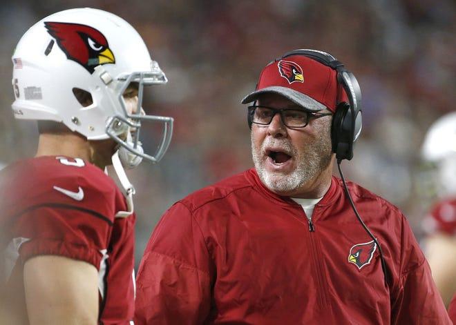 Arizona Cardinals head coach Bruce Arians talks with  quarterback Drew Stanton during a preseason game Aug. 12, 2016.