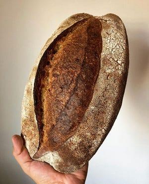 Amano hace una barra de pan de trigo que contiene un 30% de Eccorn y se cree que es el primer grano cultivado asociado con el trigo.  Los panes tienen un precio de $ 5 a $ 6.
