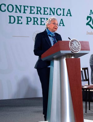 Fotografía cedida por la presidencia de México, de la secretaria de Gobernación, Olga Sánchez Cordero, mientras ofrece una rueda de prensa hoy, en el Palacio Nacional de Ciudad de México.